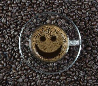 Tasse Kaffee mit lächelndem Gesicht in der Crema