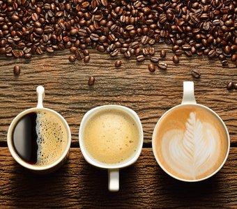Verschiedene Varianten von gebrühtem Kaffee und Kaffeebohnen
