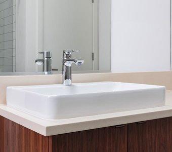 Modernes Keramik-Waschbecken mit in einem Badezimmer.