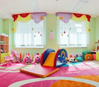 Buntes Spielzimmer für Kinder mit Rutsche und Teppich
