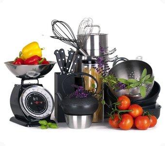 Arrangement aus verschiedenen Kochutensilien