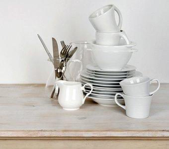 Aufeinander gestapeltes Geschirr und Besteck