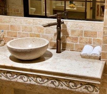 Aufnahme eines Marmor-Waschbeckens mit einem nostalgischen Wasserhahn.