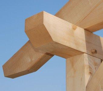 Holzgerüst eines Carport kurz vor der Fertigstellung.