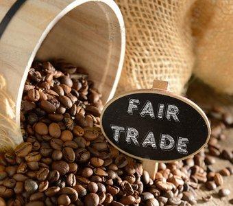 Kaffeebohnen und ein Täfelchen mit der Aufschrift