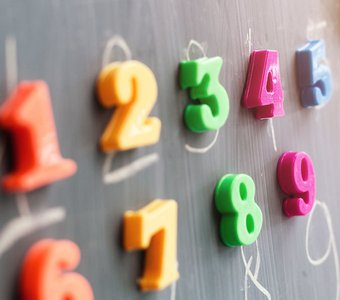 Bunte Zahlenmagneten an der Tafel