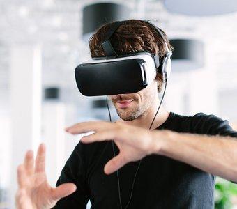 Junger Mann steuert seine VR-Inhalte mit eigenen Händen