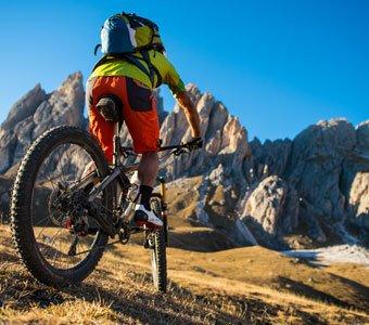 Mountainbike-Tour vor beeindruckender Bergkulisse