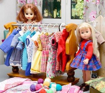 Modellpuppen mit Miniaturkleiderstange mit Puppenkleidern