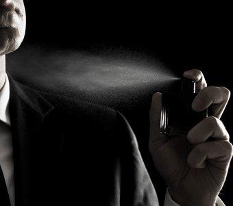 Mann sprüht sich Parfum auf mit 20 Zentimeter Abstand