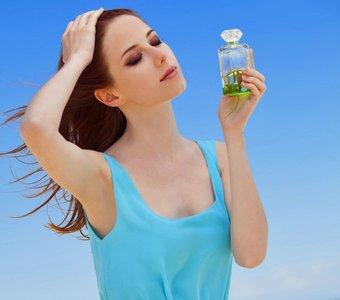 Frau mit Parfum am Strand
