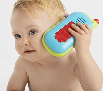 Baby mit buntem Spieltelefon