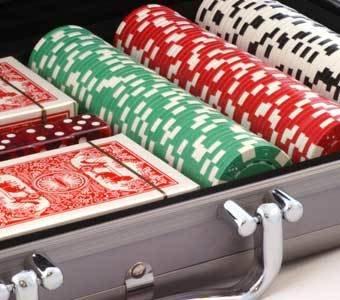 Nahaufnahme eines Pokerkoffers mit Chips und Karten