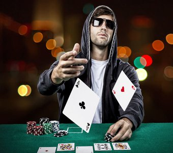Pokerspieler wirft sein Blatt offen in die Mitte nachdem er gewonnen hat