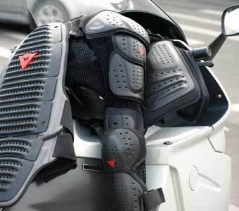 Nahaufnahme der nötigen Schutzprotektoren für eine perfekte Motorrad-Tour