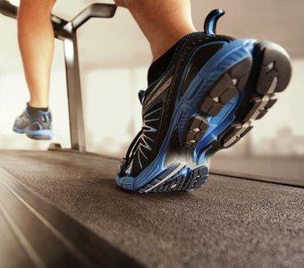 Nahaufnahme Füße eines Mannes beim Training auf dem Laufband