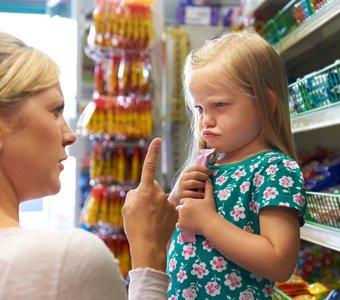 Mutter streitet mit ihrer Tochter wegen Süßigkeiten