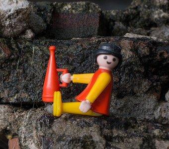 Playmobil Figur sitzt auf einem Felsvorsprung