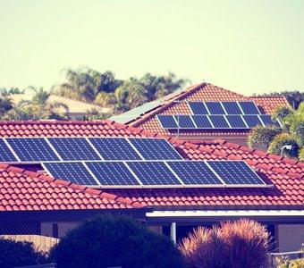 Sonnenkollektoren auf Häuserdächern