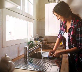 Bild einer lächelnden Frau beim Abwasch
