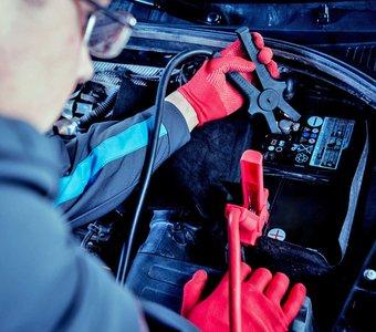 Ein Mechaniker leistet Starthilfe