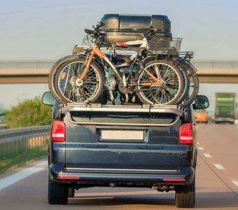 Zwei Fahrräder sicher mit einem Kupplungsträger transportieren
