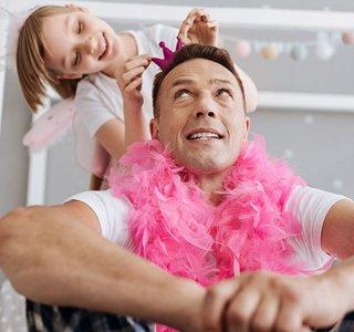 Vater lässt sich von seiner Tochter verkleiden