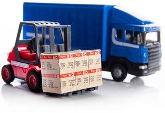 Roter Stapler vor blauem LKW