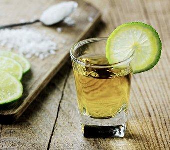 Tequila Oro mit einer Limette und einem Löffel Salz