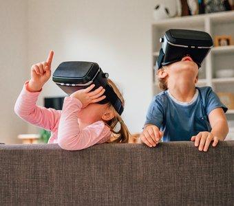 Zwei Kinder entdecken die Sterne im Weltall mit VR