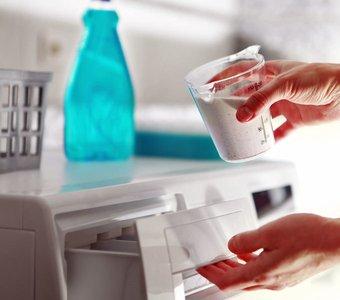 Einfüllen von Waschpulver in das Waschmittelfach