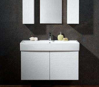 Abbildung eines modern designten Keramik-Waschbeckens auf einem Unterschrank und die dazu gehörigen Spiegel.