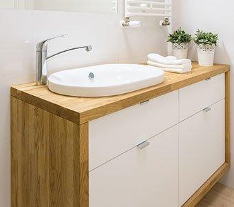 Aufnahme eines modernen Waschbeckenunterschrankes aus Holz.