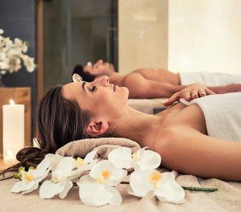 Ein Paar genießt die Ruhe beim Wellness