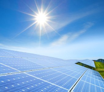 Solarzellen werden als Solarmodul Verbund am Boden von Sonne angestrahlt