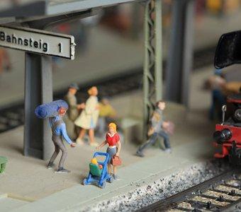 Miniaturbahnsteig mit Figuren und Modelllokomotive