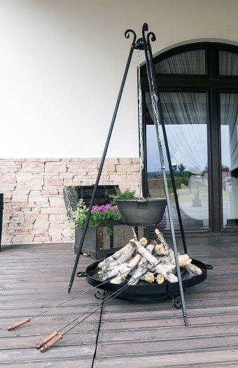 Feuerschale mit Dreibein auf einer Terrasse