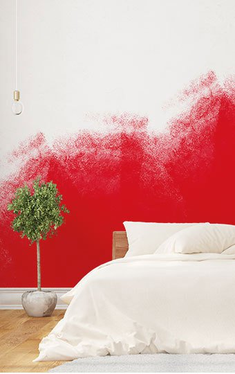 Aufnahme eines Schlafzimmer mit einer zur Hälfte roten Wand.