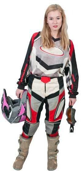 Frau in Motorradbekleidung mit Helm und Schutzbrille