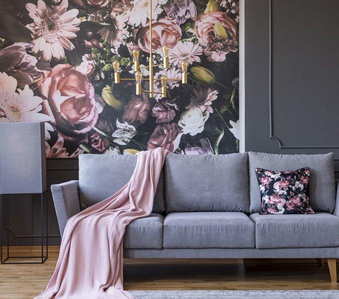 Eine Blumentapete rundet das Retro-Wohnzimmer ab