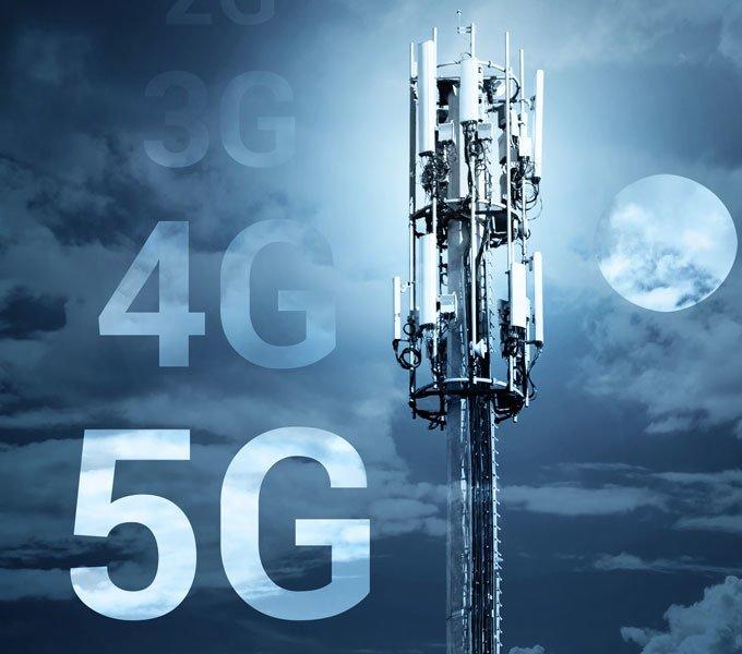 Mobilfunkmast, daneben die neuste 5G-Technologie symbolisch abgebildet