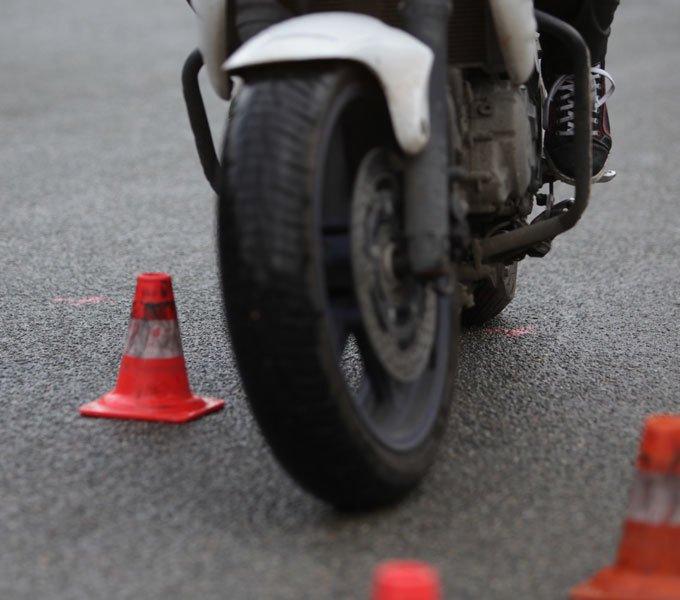 Ein Moped fährt durch einen Slalom Parcours