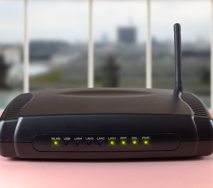 WLAN-Router auf einem Tisch
