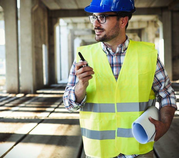 Ein Architekt verwendet ein Funkgerät auf einer Baustelle