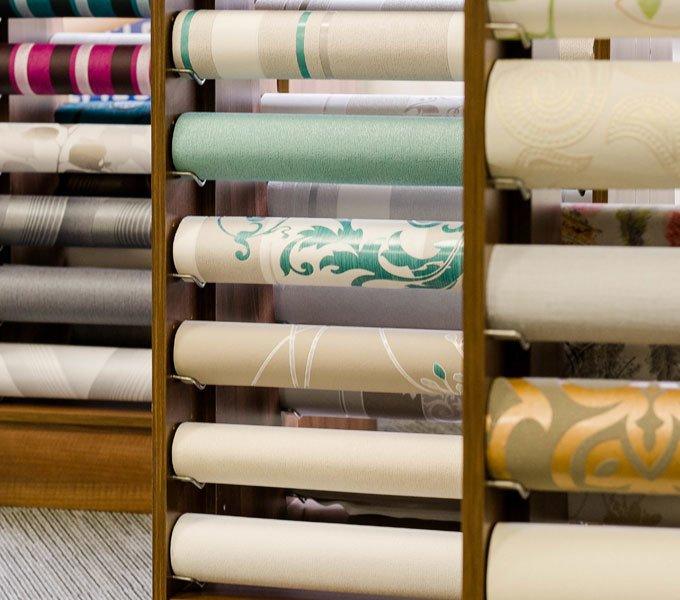 Viele Muster hängen in einem Einkaufsladen zur Ansicht