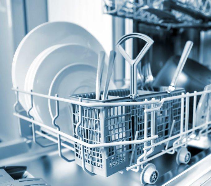 Ein offener Geschirrspüler mit sauberem Geschirr wird dargestellt