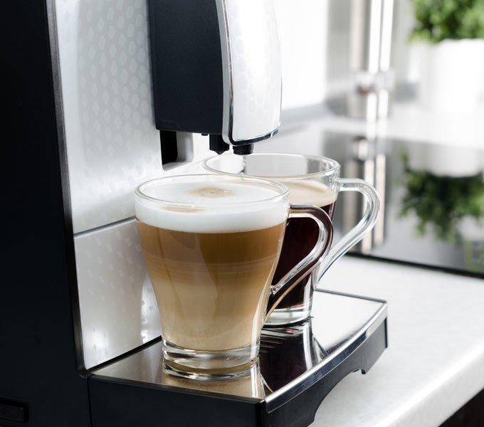 Ein Vollautomat stellt zwei verschiedene Kaffeesorten bereit