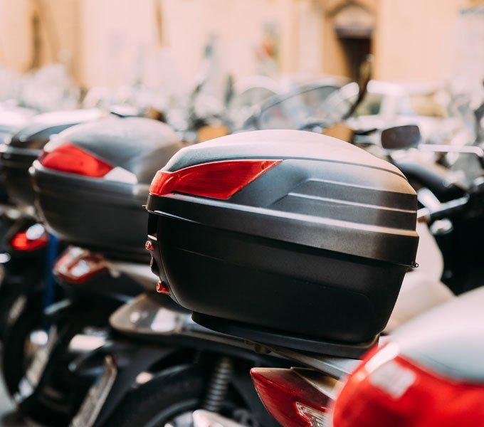 Motorroller mit montiertem Topcase
