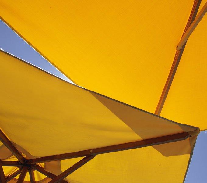 Zwei aufgespannte Sonnenschirme vor blauem Himmel