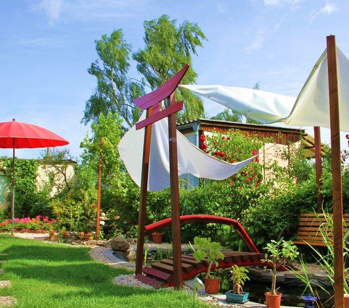 Garten mit Sonnensegel und Sonnenschirm